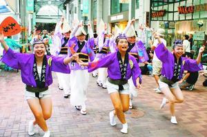 アーケードで踊る本家大名連の連員=徳島市の東新町商店街