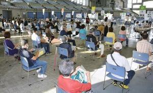 沖縄県広域ワクチン接種センターで、接種を待つ高齢者ら=15日午後、宜野湾市