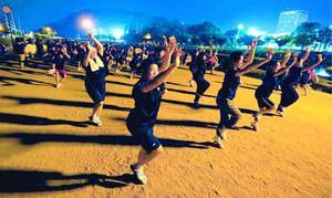 阿波踊り本番が迫り、猛暑を吹き飛ばすかのように練習に励む連員たち=徳島市南前川町3の助任川河岸緑地