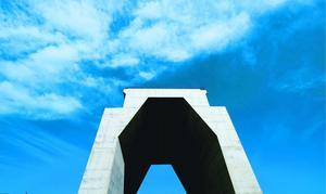 そびえ立つコンクリート構造物。巨大な城門を見るかのようだ=小松島市前原町