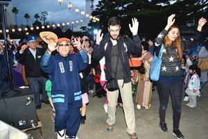 四宮さん(左)と一緒に踊り込む観客ら=徳島中央公園鷲の門広場