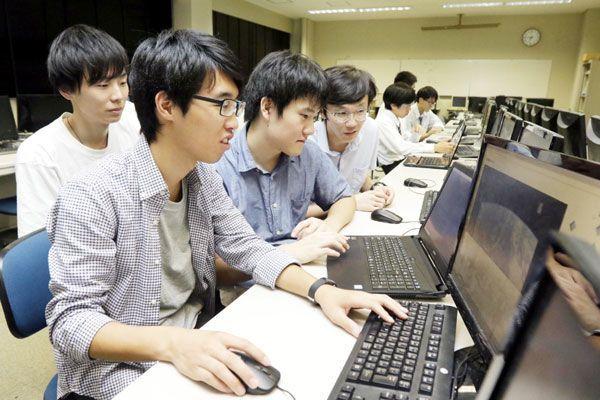 プログラミングコンテスト優勝を目指し、システム開発に取り組む阿南高専生=阿南市の同校