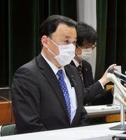 島根県で新型コロナウイルス感染が確認され、記者会見する丸山達也知事=9日夜、松江市