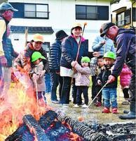 竹に刺したミカンを焼く園児ら=徳島市春日3