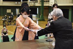 卒業証書を受け取る学生=16日午前10時ごろ、徳島市の四国大