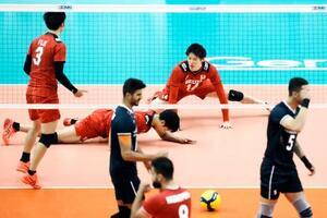 日本―イラン 第1セット、ポイントを奪われた石川(奥右)ら日本の選手=千葉ポートアリーナ