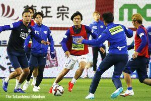 ルヴァン・カップ初勝利に向けて、 気合いの入った様子でウォーミングアップをする徳島の選手たち=神戸市のノエビアスタジアム神戸