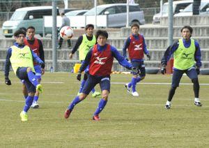 全30選手が同じメニューをこなした22日の練習=徳島スポーツビレッジ
