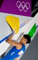 男子複合予選 ボルダリングで第3課題に挑む楢崎智亜=青海アーバンスポーツパーク