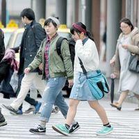 春の陽気に誘われ、薄手の上着で歩く通行人=午前、徳島駅前