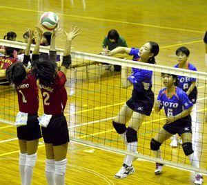 女子3回戦・城東対やましろ 第2セット、城東の安芸音羽主将(中央)がアタックを決める=小松島市立体育館