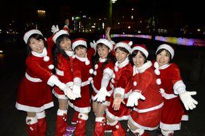 ダンスの練習に励む「100人サンタ」参加者=徳島市の両国橋西公園