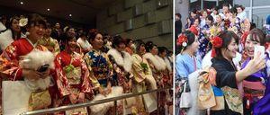 【左】式に臨む新成人=小松島市横須町の市総合福祉センター【右】記念撮影する新成人=阿南市富岡町の市民会館