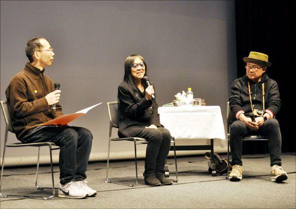 大杉さんと映画を撮影したときの思い出を語る浜野監督(中)=徳島市シビックセンター