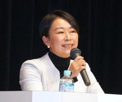 討論会で発言する立憲民主党の山尾志桜里氏=12日午後、札幌市