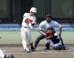 富岡西対高松商 8回、富岡西1死一、二塁、坂本が2点三塁打を放ち2―3と する=坊っちゃんスタジアム