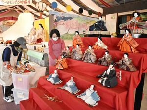 都内での展示に向け、準備を進める会員=勝浦町生名の人形文化交流館