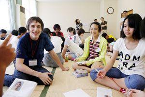 英語で交流する中学生と留学生=勝浦町坂本のふれあいの里さかもと