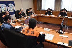 危機管理対策本部会議で移動制限区域の解除について協議する県幹部ら=県庁