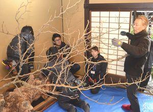 作品を制作する假屋崎さん(右端)=美馬市脇町の吉田家住宅