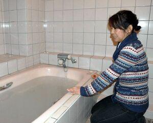 一時的に断水が解除され、浴槽に水をためる住民=22日午後6時ごろ、那賀町仁宇