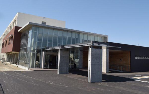 4月の開校を前に校舎が完成した阿南光高=阿南市宝田町