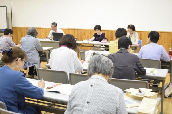 勉強会に参加する県音訳ボランティア友の会の会員たち=徳島市の県立障がい者交流プラザ