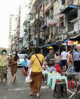 夜間外出禁止令が緩和されたヤンゴンの中心部=5日(共同)