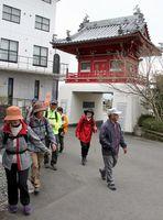 7番札所・十楽寺を訪れた参加者=阿波市土成町高尾