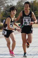 男子・池田の5区片山が6区川端(左)にたすきを渡す=鳴門ポカリスエットスタジアム周回コース
