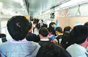 県立学校が本格的に再開し、「3密」が起きている牟岐線の列車内=1日午前7時50分ごろ、徳島駅