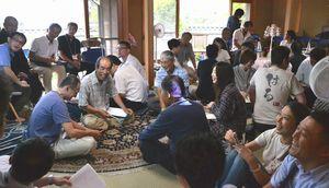 SOの開所式に集まり、早速交流する住民とHALの社員ら=阿南市吉井町の「屯 はる」