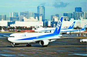 邦人を乗せて中国・武漢から到着した日本政府の全日空チャーター機=1月29日、羽田空港(共同)