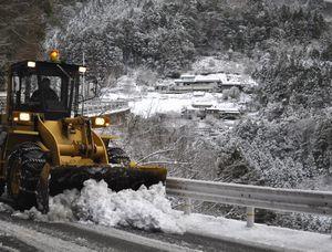 県道で行われた重機による除雪作業=午前8時10分ごろ、三好市西祖谷山村尾井ノ内