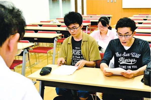 本番に向け、アナウンスの練習をする学生=徳島市の徳島文理大