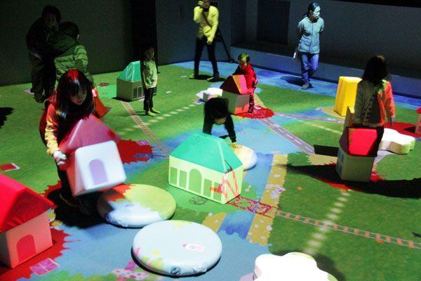展示が始まったデジタルアート「巨大!つながるブロックのまち」=海陽町のマリンジャム