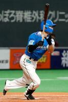 3回日本ハム2死二塁、西川が右中間に先制三塁打を放つ=札幌ドーム