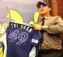 会見で背番号「49」のユニホームを披露する張内野手=台北市内のホテル