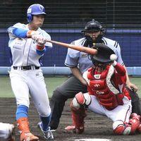 高知対徳島 9回裏、徳島2死二塁、井生が左前打を放ち、3-3の同点とする=アグリあなんスタジアム