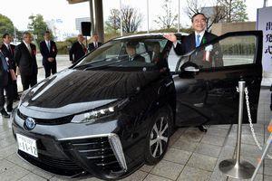 公用車として導入した燃料電池自動車に乗り込む飯泉知事=県庁