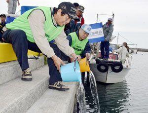 ガガネの稚魚を放流する日本釣振興会県支部の会員=徳島市東沖洲2