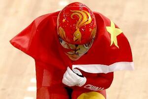 自転車女子チームスプリントで2連覇し、国旗をまとってウイニングランする中国の選手=2日、伊豆ベロドローム(ロイター=共同)