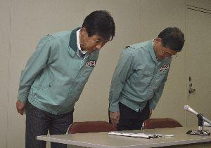 徳島市で発生した停電についての記者会見で謝罪する平島総務部長(左)ら=同市の四国電力徳島支店