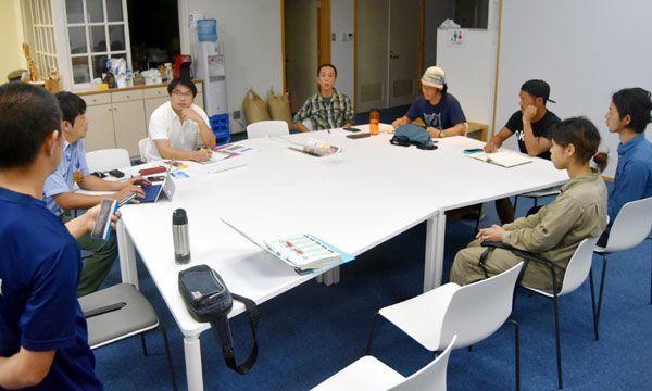 8日に初めて開く「波乗りマルシェ」について話し合う実行委のメンバー=海陽町大里の城山荘
