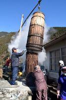 蒸し上がったコウゾを取り出す伝承会員ら=那賀町木頭和無田
