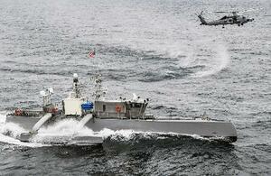 太平洋で米海軍の演習に参加するヘリコプターと無人艇=4月(米海軍提供・共同)