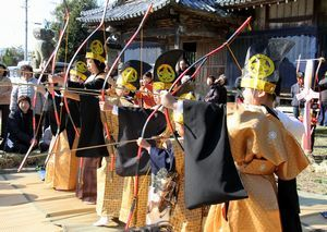 的を目掛けて弓を引く子どもたち=阿波市市場町大俣の八幡神社
