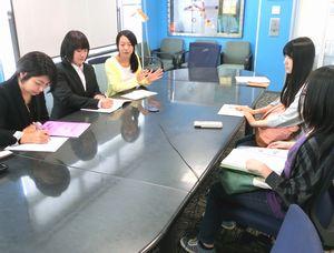 イベント内容を話し合う大学生ら=徳島市の徳島工芸村