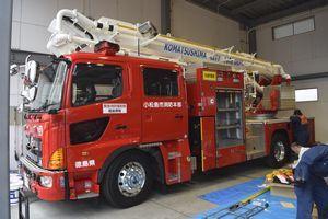 小松島市消防本部に配備された屈折式のはしご付き消防車=小松島市横須町の同本部