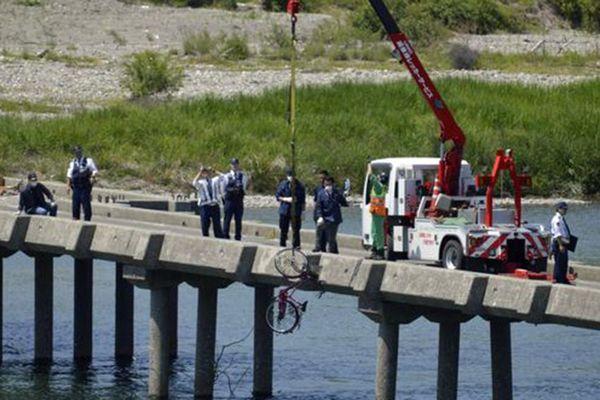 高齢女性が自転車で走行中に転落した現場=11日、吉野川市川島町川島の川島潜水橋